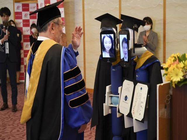 Japon Üniversitesi Korona Nedeniyle Mezuniyet Törenini Böyle Yaptı